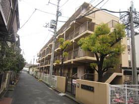 住宅街の一角にそびえるマンションです。