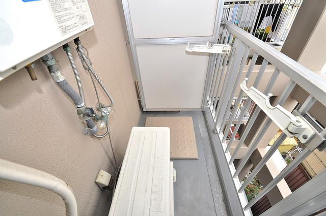 エンゼルハイツ小阪本町 洗濯して一歩も動かずに洗濯物を干せるのがうれしいですね。