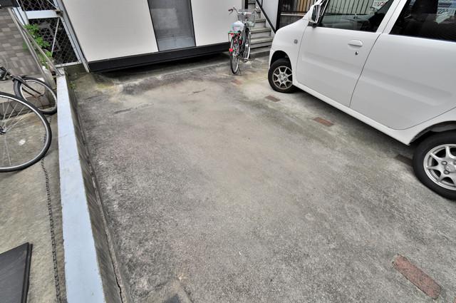 イワタハイツ 敷地内にある駐車場。愛車が目の届く所に置けると安心ですよね。