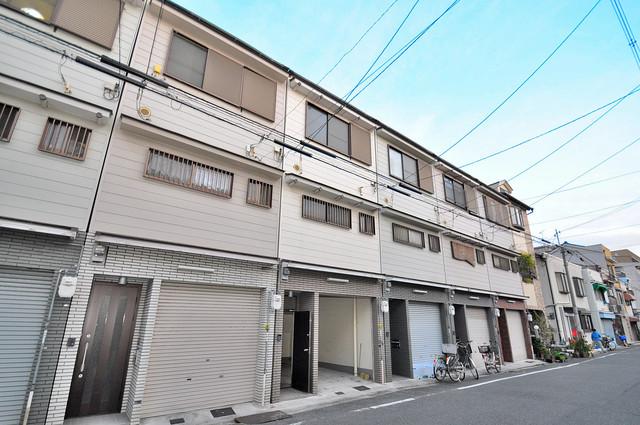 荒川貸家B 閑静な住宅街にある、3階建ての建物です。