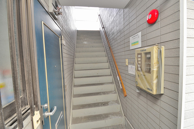 ロイヤルコーポ 玄関まで伸びる廊下がきれいに片づけられています。