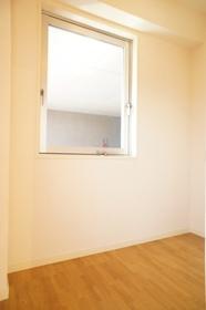 広い納戸は窓付き
