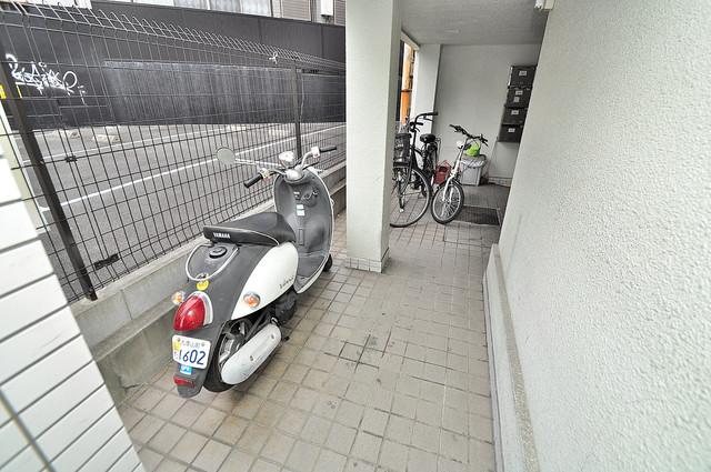 サニーマンション 屋内にある駐輪場は大切な自転車を雨から守ってくれます。