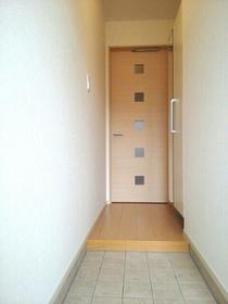 https://image.rentersnet.jp/7710ef25-1813-48cf-9363-c38abaa29113_property_picture_3520_large.jpg_cap_玄関