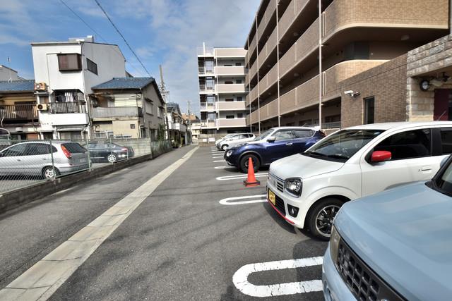 サンヒルズ 敷地内には駐車場があり安心ですね。
