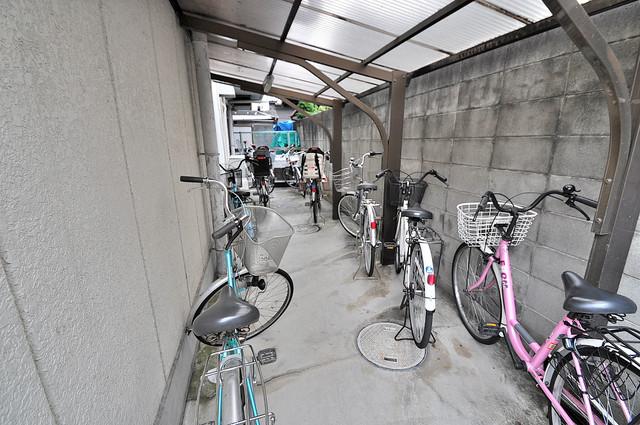 東大阪市上小阪4丁目の賃貸マンション 屋根付きの駐輪場は大切な自転車を雨から守ってくれます。
