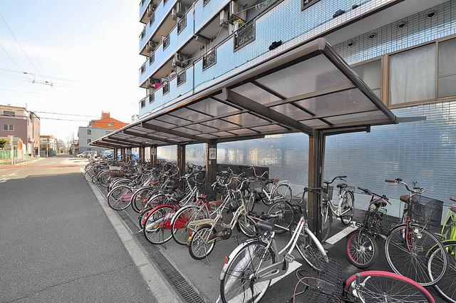 ロイヤル巽 敷地内にある専用の駐輪場。雨の日にはうれしい屋根つきです。