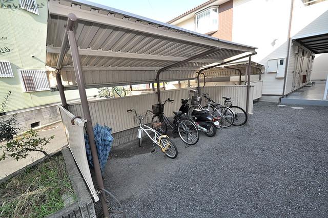 エステートピアナカタB棟 敷地内にある専用の駐輪場。雨の日にはうれしい屋根つきです。