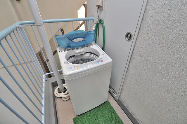 八千代ハイツ 部屋の目の前にこのような洗濯機置場があるので便利です。