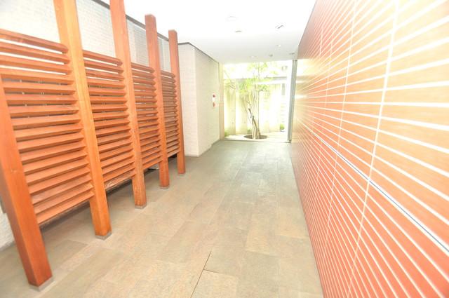 Ambition(アンビション) 玄関まで伸びる廊下がきれいに片づけられています。