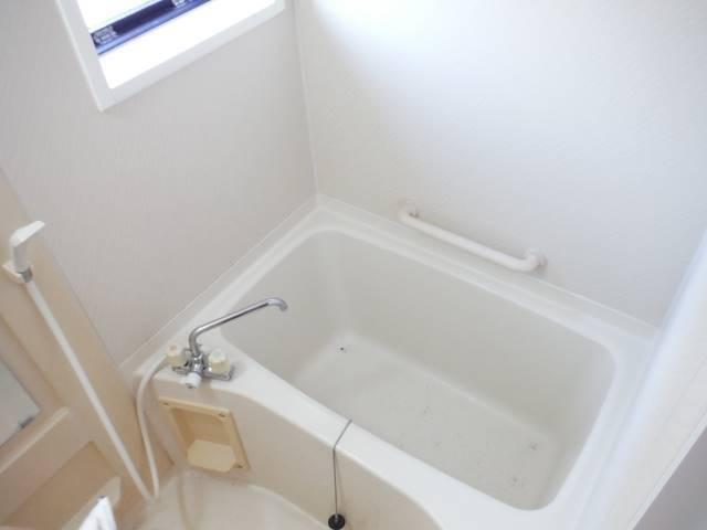 お風呂は窓付きで換気バッチリ