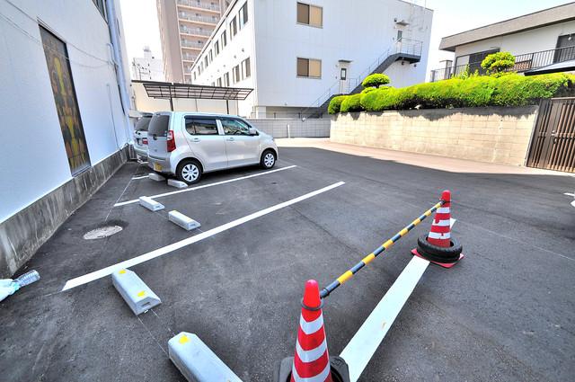 ニッコープラザ平野 敷地内にある駐車場。愛車が目の届く所に置けると安心ですよね。
