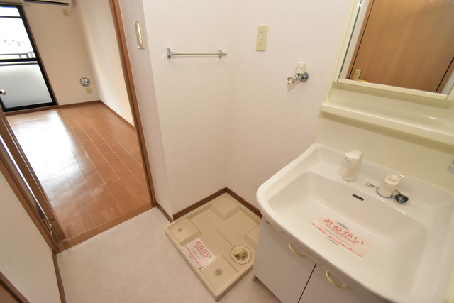 カーサ・デル・ソーレ 嬉しい室内洗濯機置場。これで洗濯機も長持ちしますね。