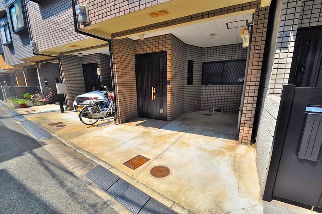 長栄寺8-24 貸家 屋内にある駐輪場は大切な自転車を雨から守ってくれます。