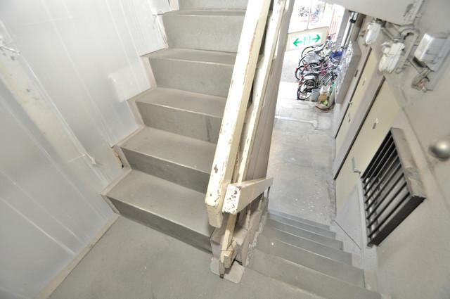 八戸ノ里KS この階段を登った先にあなたの新生活が待っていますよ。