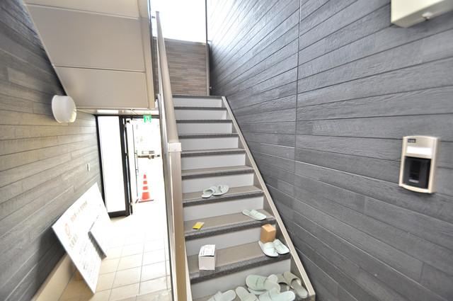 プロシード巽 2階に伸びていく階段。この建物にはなくてはならないものです。