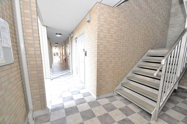 セジュールオッツ八戸ノ里 玄関まで伸びる廊下がきれいに片づけられています。