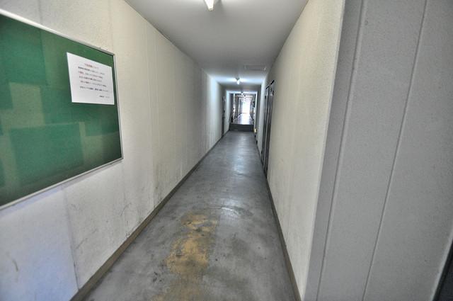 センチュリーシティⅠ 玄関まで伸びる廊下がきれいに片づけられています。