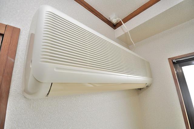 OMレジデンス八戸ノ里 うれしいエアコン標準装備。快適な生活が送れそうです。 うれしいエアコン完備です。しかも2台もついているんです。 エアコンが最初からついているなんて、本当に助かりますね。