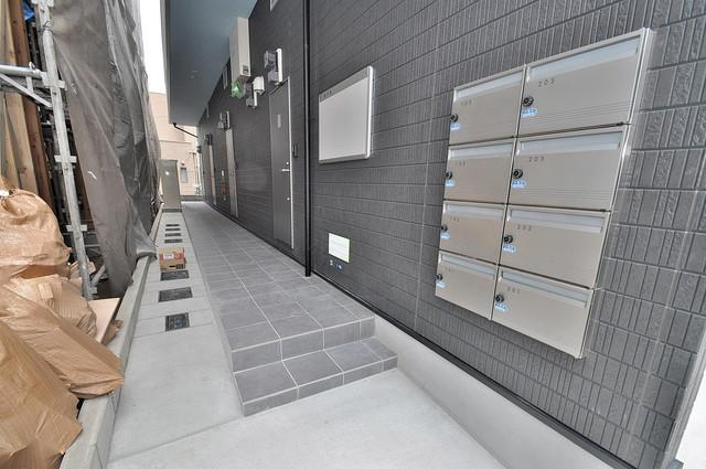 Lazward HigashiOsaka  玄関前の共有部分。周辺はいつもキレイに片付けられています。