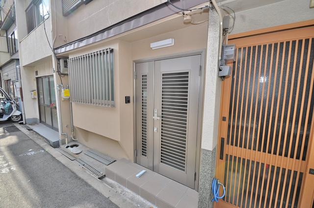 小路東2-3-9 貸家 玄関前の共有部分。周辺はいつもキレイに片付けられています。