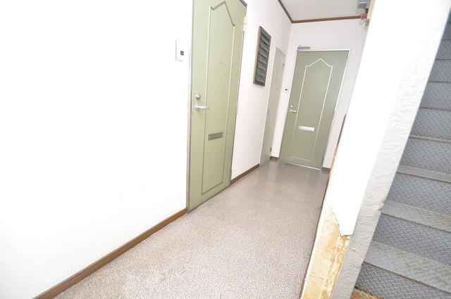 雅ハイツⅡ 玄関まで伸びる廊下がきれいに片づけられています。