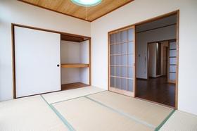 落着いた雰囲気の和室6帖。