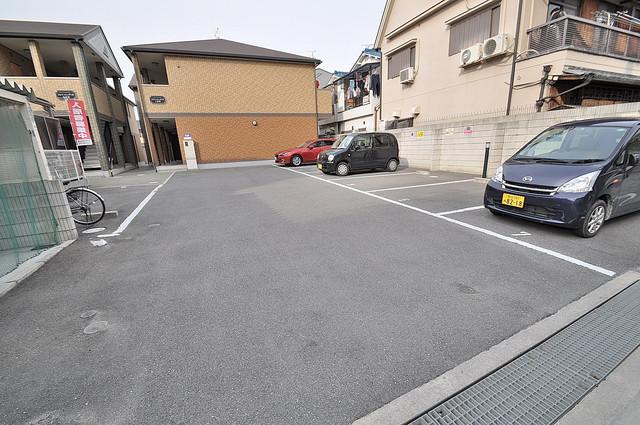 アルベージュ八戸ノ里Ⅱ番館 敷地内にある駐車場。愛車が目の届く所に置けると安心ですよね。