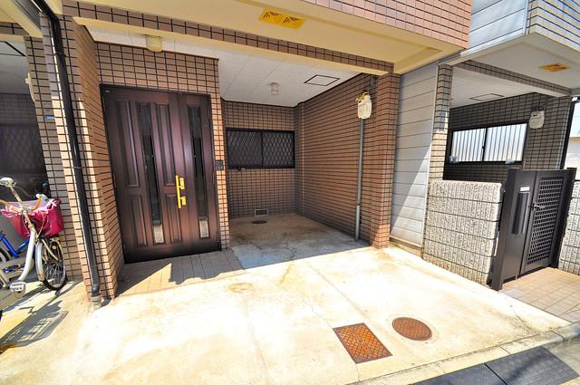 長栄寺8-24 貸家 広々としていて、上品で落ち着いた雰囲気のエントランス。
