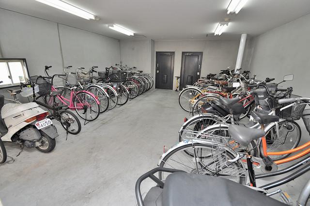 ベルハイム俊徳道 屋内にある駐輪場は大切な自転車を雨から守ってくれます。