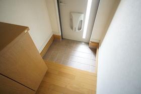 https://image.rentersnet.jp/7e33b6a5-f151-4f60-b324-ac15e138923c_property_picture_1993_large.jpg_cap_玄関