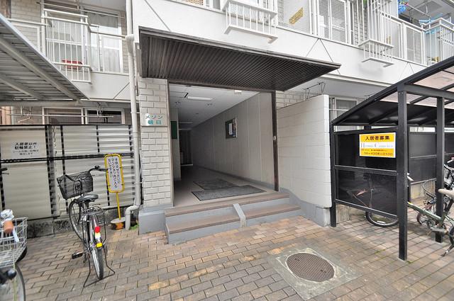 メゾン朝日八戸ノ里 エントランスにはバイクを置くスペースもありますよ。