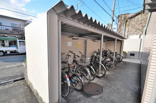 メゾンタツミ 屋根付きの駐輪場は大切な自転車を雨から守ってくれます。
