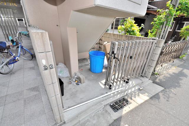 オランジュ上小阪 敷地内に有り、時間を気にせず出せるごみ置き場。