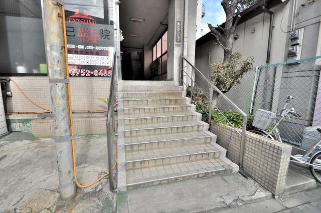 辰巳マンション この階段を登った先にあなたの新生活が待っていますよ。