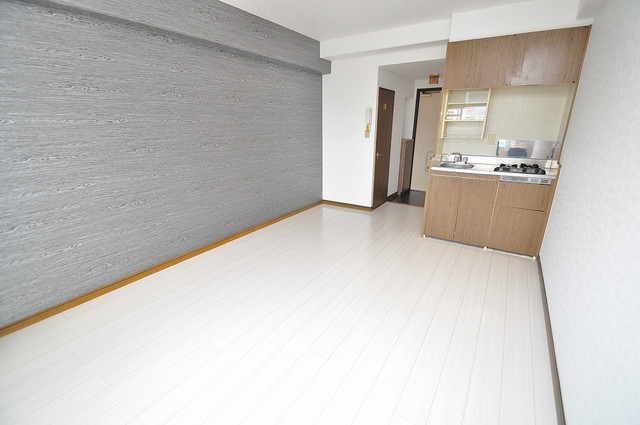 エイチ・ツーオー高井田ビル 白を基調としたリビングはお部屋の中がとても明るいですよ。