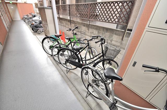 マジェスタ八戸ノ里 敷地内にある専用の駐輪場。雨の日にはうれしい屋根つきです。