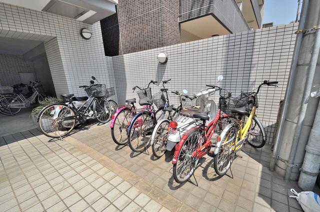 デ・リード高井田駅前 敷地内には駐車場があり安心ですね。