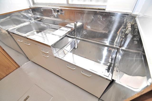 横沼町3丁目貸家 ピカピカのキッチンはお料理の時間が楽しくなりますね。