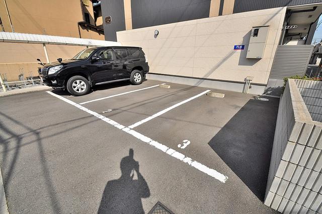 リバーサイド金岡 七番館 敷地内にある駐車場。愛車が目の届く所に置けると安心ですよね。