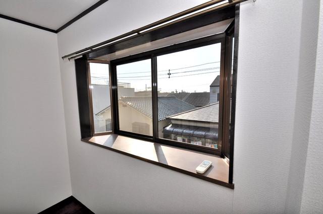 カメリア俊徳道 賃貸には珍しい、オシャレな出窓があります。