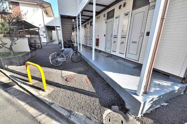 エステートピアナカタB棟 玄関前の共有部分。周辺はいつもキレイに片付けられています。