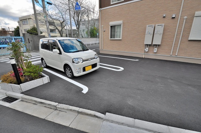 カーサ・エテルナ 敷地内にある駐車場。愛車が目の届く所に置けると安心ですよね。