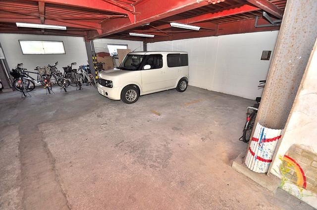 コンラッド長瀬 敷地内にある駐車場。愛車が目の届く所に置けると安心ですよね。