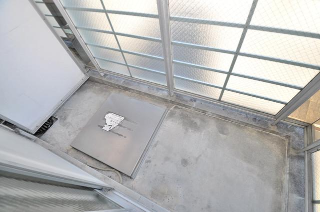 ロータリーマンション永和 単身さんにちょうどいいサイズのバルコニー。洗濯機も置けます。