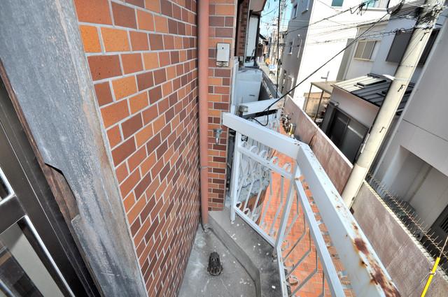 太平寺2丁目 連棟住宅 心地よい風が吹くバルコニー。洗濯機はここに置いてくださいね。