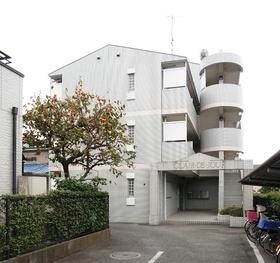 住宅街に立地したタイル張りンマンションです。
