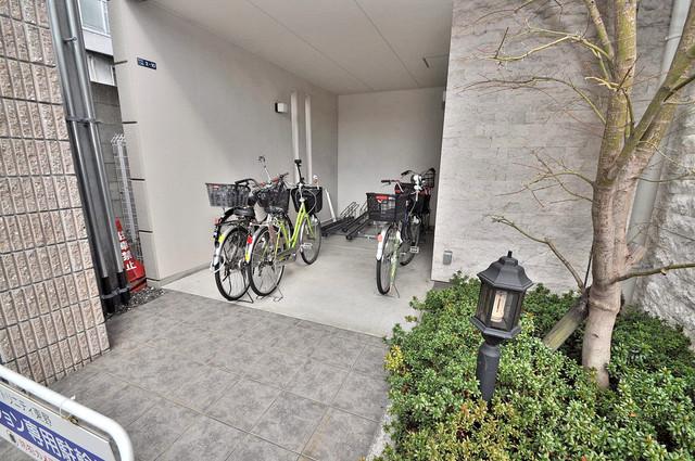トリニティ東野 敷地内にある専用の駐輪場。雨の日にはうれしい屋根つきです。