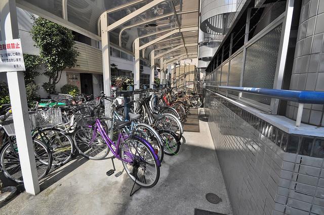 ロータリーマンション布施北 屋根付きの駐輪場は大切な自転車を雨から守ってくれます。