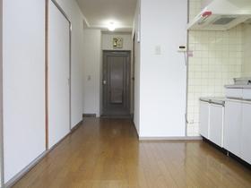 DKから玄関にかけてのお写真です。
